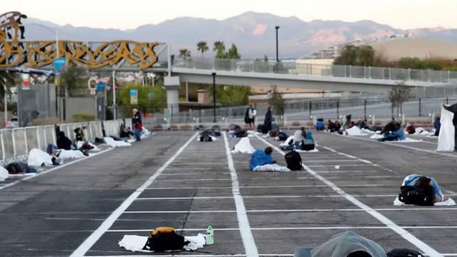 Hình ảnh người vô gia cư cách ly ngủ trên nền bãi đỗ xe khiến cộng đồng mạng Mỹ bất bình (Ảnh: Guancha)