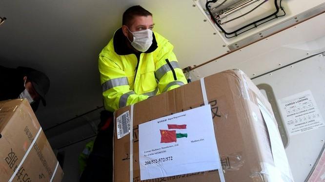 Trung Quốc đang viện trợ và xuất khẩu vật tư y tế cho nhiều nước châu Âu (Ảnh: EPA).