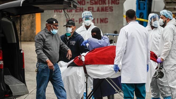 Tính đến ngày 1/4 đã có gần 4.100 người bị chết vì COVID-19 ở Mỹ. Trong ảnh, một bệnh nhân xấu số được đưa lên linh xa chở về nhà xác (Ảnh: AP)