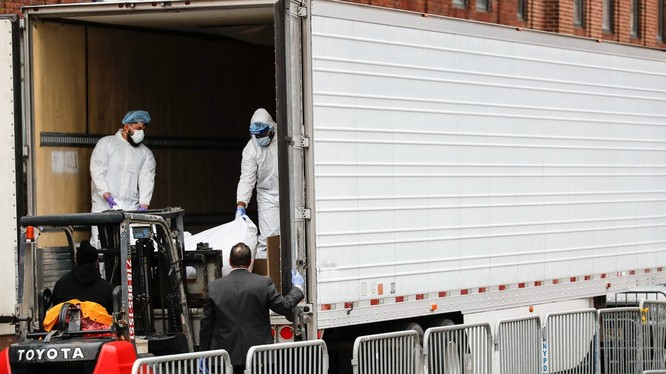 Do số người chết tăng nhanh và quá nhiều, thành phố New York phải sử dụng các xe tải đông lạnh làm nơi lưu giữ thi thể (Ảnh: AP).