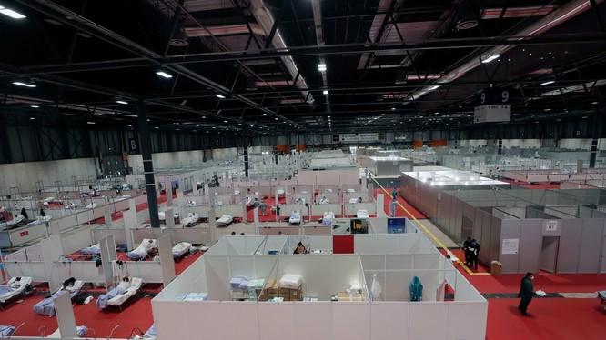 Bệnh viện tạm thời 5.500 giường ở Trung tâm Hội chợ triển lãm quốc tế Madrid đã đi vào hoạt động (Ảnh: AP).