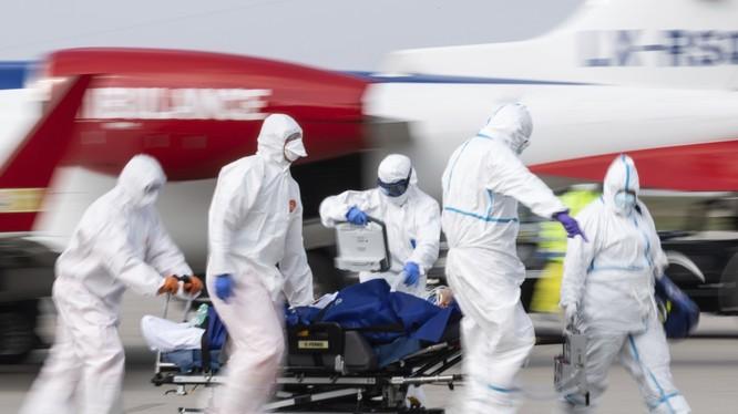 Mặc dù đang bị dịch bệnh COVID-19 hoành hành, nhưng Đức đã nhận điều trị giúp các bệnh nhân nặng từ Italy và Pháp chuyển sang. Trong ảnh: một bệnh nhân nặng từ Pháp vừa được chuyển xuống sân bay Berlin (Ảnh: AP).