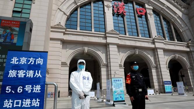Từ ngày 8/4, thành phố Vũ Hán sẽ bỏ phong tỏa, từng bước khôi phục giao thông,nhưng có chuyên gia lo ngại dịch bệnh có thể tái bùng phát với khoảng 20 ngàn người bị bệnh không có triệu chứng. TRong ảnh: ga Hán Khẩu chuẩn bị đi vào hoạt động từ ngày mai (Ả