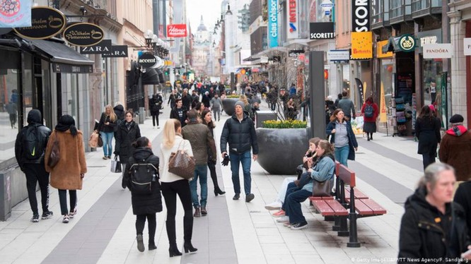 Trong khi các quốc gia châu Âu và trên thế giới đang thực hiện các biện pháp cách ly, hạn chế tiếp xúc để chống dịch thì ở Thụy Điển mọi hoạt động vẫn diễn ra bình thường. TRong ảnh đường phố thủ đô Stockholm hôm 1/4 (Ảnh: Getty).