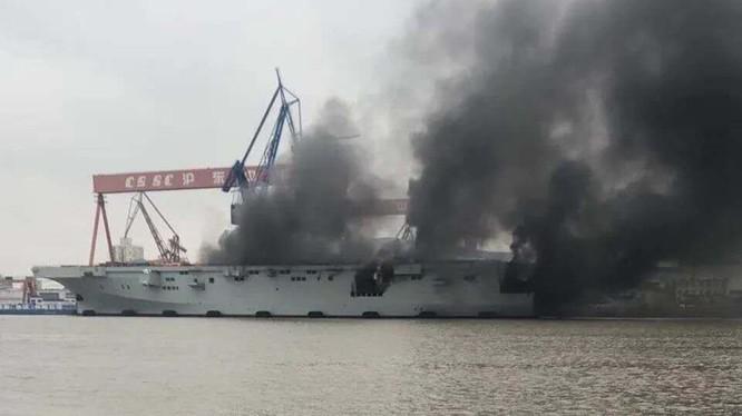 Chiếc tàu đổ bộ trực thăng Type 075 bị cháy vào sáng 11/4 (Ảnh: Đa Chiều).