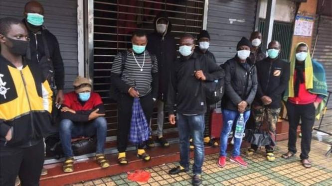 Một số người châu Phi bị trục xuất khỏi nơi ở trong vụ lùm xùm ở Quảng Châu (Ảnh: BBC).