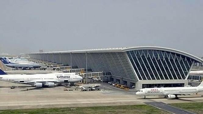 Sân bay Phố Đông, Thượng Hải đang là một trong những điểm nóng về người bị bệnh ngoại nhập (Ảnh: DF).