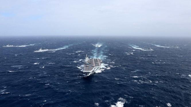 Giữa lúc đại dịch COVID-19, Trung Quốc đưa biên đội tàu sân bay Liêu Ninh vào Biển Đông khiến Mỹ, Nhật, Đài Loan cảnh giác theo dõi (Ảnh: Tân Hoa xã).