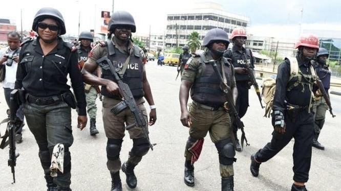 Lực lượng cảnh sát mang súng duy trì lệnh phong tỏa trên đường phố thủ đô Lagos (Ảnh: China Press).