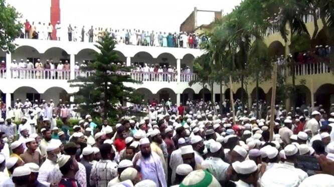 Bất chấp lệnh cấm tụ tập 5 người trở lên, 100 ngàn người Bangladesh đã tham dự lễ tang một giáo sĩ đạo Hồi gây nên lo ngại về vụ lây nhiễm lớn (Ảnh: creaders.net)