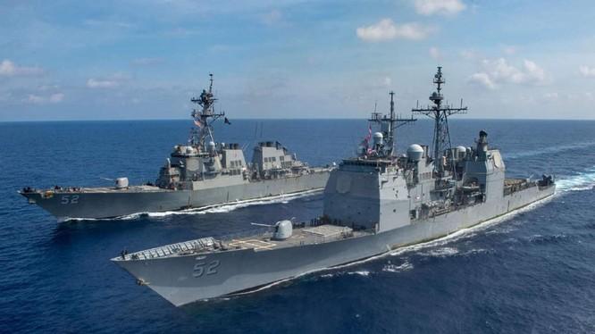 Hai tàu chiến Mỹ hộ tống tàu tấn công đổ bộ USS America hoạt động ở vùng biển Malaysia (Ảnh: US Navy).