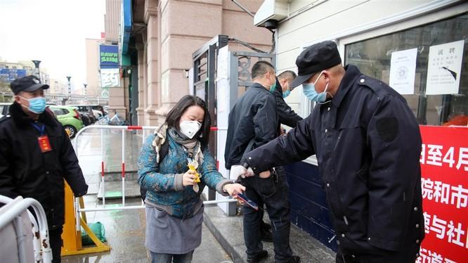 Thành phố Cáp Nhĩ Tân ở Hắc Long Giang thực hiện tái phong tỏa các cộng đồng dân cư để ngăn chặn dịch tái bùng phát (Ảnh: CNA).