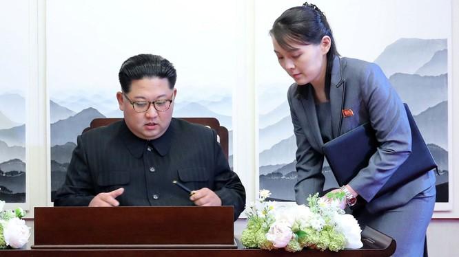 Nhà lãnh đạo Kim Jong-un và em gái, Ủy viên dự khuyết Bộ Chính trị Kim Yo-jong (Ảnh: Đa Chiều).