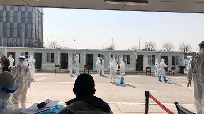 Hanh khách nhap canh sân bay Hàm Dương, Tây An đều được lấy mẫu xét nghiệm axit nucleic (Ảnh:bjnews)