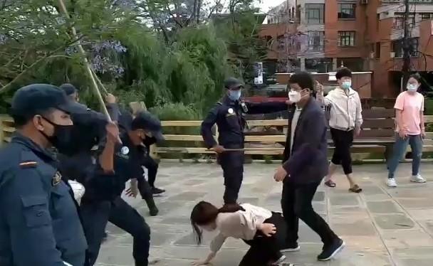 Những người Trung Quốc bị kẹt lại Nepal biểu tình đòi về nước bị cảnh sát Nepal đánh đập (Ảnh: DF).
