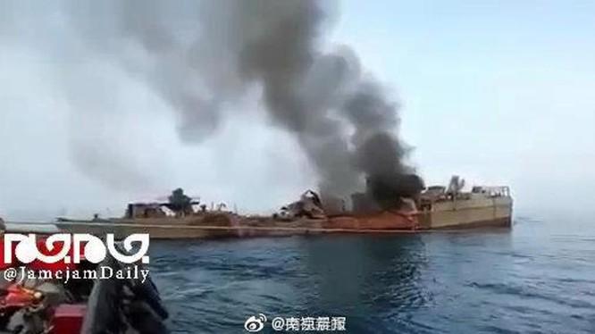 Chiếc Konarak bị trúng tên lửa bốc cháy trước khi bị chìm (Ảnh: Sohu).