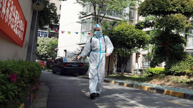 Nhân viên phòng dịch phun thuốc khử trùng khu dân cư sau khi phát hiện các ca bệnh mới ở Vũ Hán (Ảnh: Guancha).
