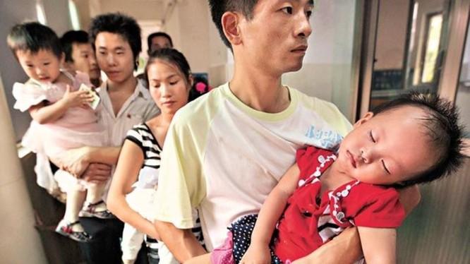 Trẻ embij đầu to,nạn nhân của những thày thuốc vô lương cấu kết với gian thương để trục lợi (Ảnh: Apple Daily).