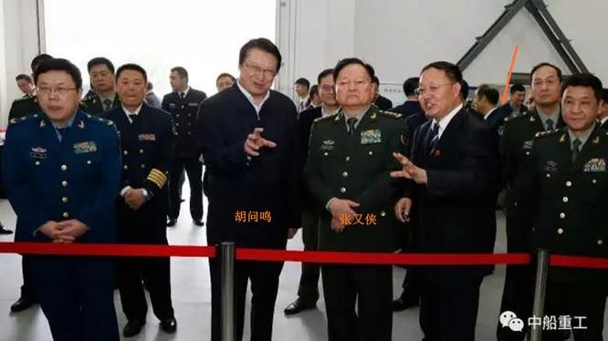 Hồ Vấn Minh (thứ 3, trái sang) cùng tướng Trương Hựu Hiệp, Phó Chủ tịch Quân ủy khi ông này tới thăm Tập đoàn CSIC (Ảnh: CSIC).