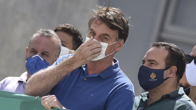 Tổng thống Bolsorano bị coi là liên quan đến việc Brazil trở thành quốc gia bị dịch nghiêm trọng thứ hai thế giới (Ảnh: AP)