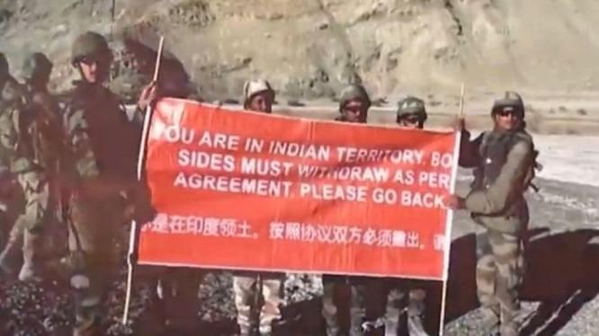 """Binh sĩ Ấn Độ căng biểu ngữ """"Đây là lãnh thổ Ấn Độ.Theo hiệp định hai bên đã ký, yêu cầu Trung Quốc rút đi"""" (Ảnh: Dongfang)"""
