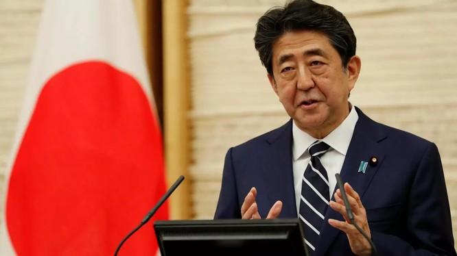 """Thủ tướng Nhật Shinzo Abe tuyên bố tối 25/5: """"Virus corona mới đã lan từ Trung Quốc đến mọi nơi trên thế giới. Đó là sự thực"""" (Ảnh: Reuters)"""