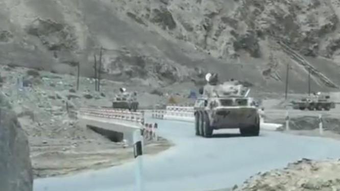 Trung Quốc và Ấn Độ tăng quân ra khu vực biên giới đang tranh chấp, tình hình ngày càng căng thẳng. Trong ảnh: xe bọc thép chở quân của Trung Quốc được cho là tới khu vực tranh chấp (Ảnh: Đa Chiều).