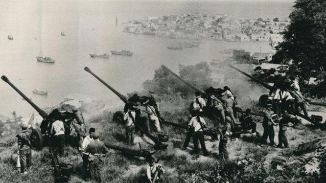 Pháo binh Trung Quốc bắn sang Kim Môn (Ảnh tư liệu).