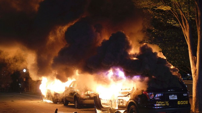 Biểu tình chống phân biệt chủng tộc đã biến thành bạo loạn ở nhiều thành phố trên khắp nước Nỹ (Ảnh: AP).