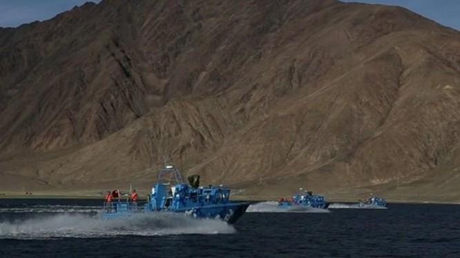 Xuồng vũ trang Trung Quốc trên hồ Pangong, điểm nóng tranh chấp hiện nay (Ảnh: Đa Chiều).