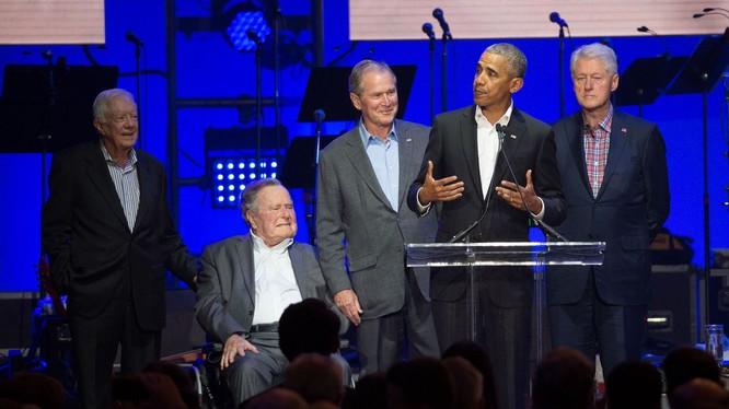 4 cựu Tổng thống Hoa Kỳ B.Clinton, Barak Obama, G.W.Bush, J.Carter (đứng, từ phải qua trái), đã lên tiếng về tình hình biểu tình ở Mỹ hiện nay (Ảnh:AP)