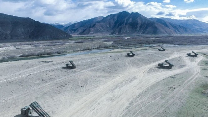 Trung Quốc bố trí pháo phản lực nhiều nòng hạnh nặng ở gần biên giới (Ảnh: Đa Chiều).