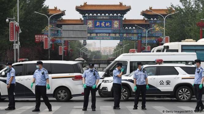 Chợ bán buôn Tân Phát Địa, nơi bị coi là ổ dịch đã bị phong tỏa (Ảnh: AFP).