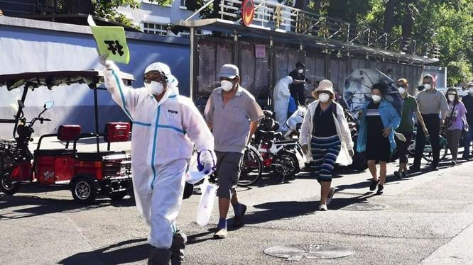 Hàng vạn người Bắc Kinh buộc phải xét nghiệm sau khi xuất hiện ổ dịch ở chợ Tân Phát Địa (Ảnh: CNS)