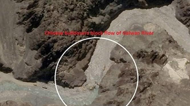 Hình ảnh chụp từ vệ tinh cho thấy Trung Quốc đã đưa xe ủi đến khu vực tranh chấp để xây dựng các cấu trúc quân sự (Ảnh: Đa Chiều).