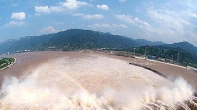 Mưa lớn ở khắp ba vùng thượng, trung và hạ lưu sông Dương Tử gây ngập lụt nặng ở Trung Quốc và dấy lên nỗi lo về vỡ đập Tam Hiệp (Ảnh: Đông Phương).