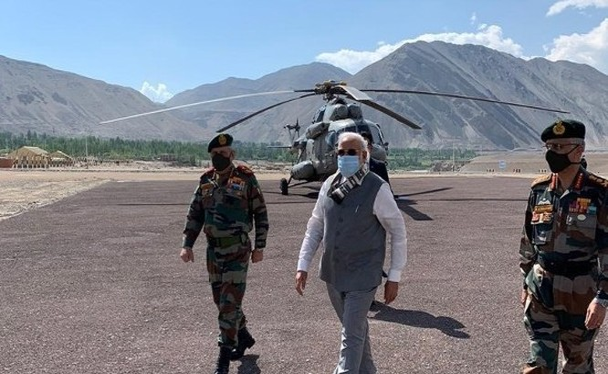Thủ tướng Narendra Modi đáp trực thăng tới thị sát các đơn vị quân đội tại khu vực Ladakh đang tranh chấp với Trung Quốc (Ảnh: Đông Phương).
