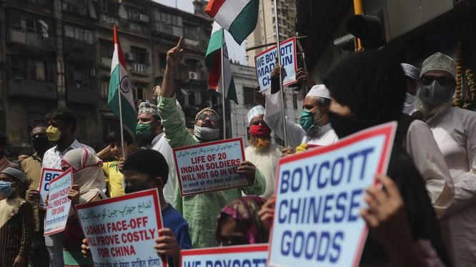 Người dân Ấn Độ biểu tình tẩy chay hàng hóa Trung Quốc (Ảnh: AP).