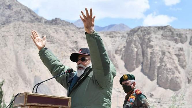 Ngày 3/7, Thủ tướng Ấn Độ Modi bất ngờ đến thăm khu vực biên giới Trung - Ấn đang căng thẳng và có những phát biểu cứng rắn (Ảnh: Twitter).