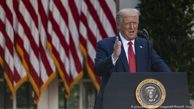 Sáng 15/7, Tổng thống Donald Trump họp báo tại Nhà Trắng tuyên bố đã ký Luật tự trị Hồng Kông và bãi bỏ mọi ưu đãi dành cho Hồng Kông (Ảnh: AP).