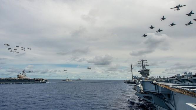 Hai cụm tác chiến tàu sân bay Nimitz và Ronald Reagan trong tháng 7 đã nhiều lần vào Biển Đông để bày tỏ thái độ với Trung Quốc (Ảnh: Đa Chiều).
