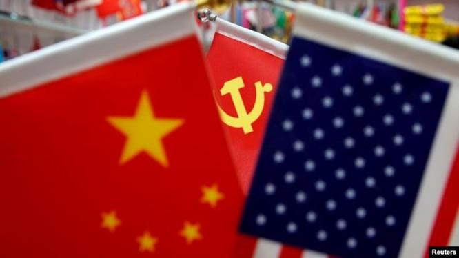 Quốc kỳ Trung Quốc, Mỹ và cờ đảng Trung Quốc được trưng bày tại một trung tâm thương mại ở tỉnh Chiết Giang (Ảnh: Reuters).