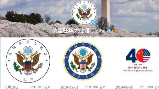 Việc Đại sứ quán Mỹ tại Trung Quốc đột nhiên thay đổi thiết kế và nội dung văn từ trên logo đã gây nên phản ứng và những bàn luận sôi nổi (Ảnh: GNews).