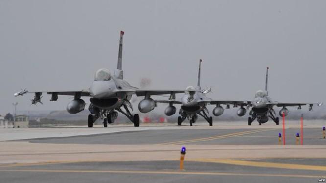 Bất chấp sự phản dối của Trung Quốc, Bộ Quốc phòng Mỹ đã phê chuẩn bán 66 máy bay hiện đại F-16V trị giá 62 tỷ USD cho Đài Loan (Ảnh: Sina).