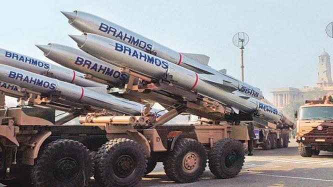 Đại đa số người dân Ấn Độ tin rằng nước họ sẽ chiến thắng nếu xảy ra chiến tranh với Trung Quốc. Trong ảnh là tên lửa Brahmos, niềm tự hào của người Ấn Độ. (Ảnh: India Today).