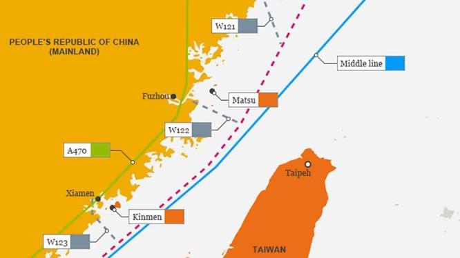 Bản đồ mô tả hành trình di chuyển dọc qua eo biển Đài Loan của tàu USS DDG-89 Mustin chiều 18/8: đường màu xanh là đường trung tâm eo biển,đường màu đỏ là hành trình của tàu Mỹ (Ảnh: Đa Chiều).