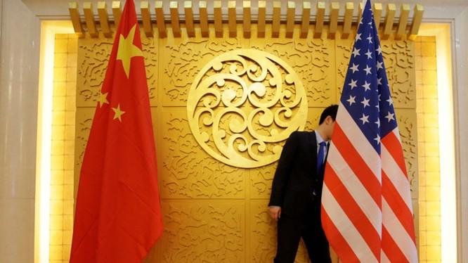 Thông tin Mỹ đang xem xét ra lệnh hủy bỏ niêm yết cổ phiếu Trung Quốc tại Mỹ đang gây chấn động thị trường (Ảnh: Reuters).