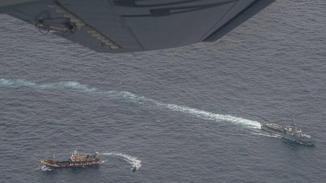 Máy bay va tàu chiến Ecuador xua đuổi tàu cá Trung Quốc xâm phạm vùng đặc quyền kinh tế (Ảnh: Reuters).