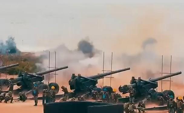 """Ngày 23/8/1958,Trung Quốc đã phát động chiến dịch """"Pháo chiến Kim Môn"""" kéo dài đến năm 1979 mới hoàn toàn chấm dứt. Trong ảnh là cảnh pháo binh Đài Loan bắn trả sang Trung Quốc đại lục trong bộ phim của Đài Loan (Ảnh: Đông Phương)."""
