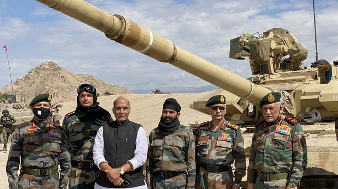 Các lãnh đạo quân đội Ấn Độ nói do đàm phán bế tắc, sự lựa chọn quân sự đã được đặt lên bàn. Ảnh: Bộ trưởng Quốc phòng Rajnath Singh đến thăm các đơn vị ở biên giới với Trung Quốc (Ảnh: Đa Chiều).